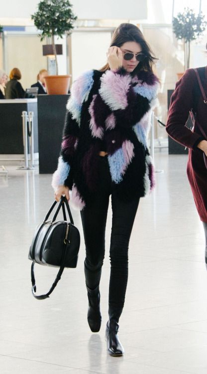 kendall jenner_lax_airport_pale blue_pink